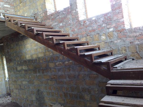 Při instalaci schodů na kovovou kosouru odborníci doporučují věnovat pozornost sklonu konstrukce