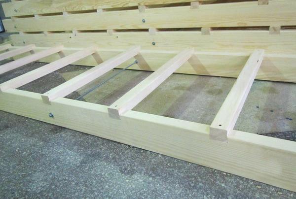 Csatolt falépcső készítésekor előre meg kell gondolni a lépések optimális számát, amely a szerkezet hosszától függ