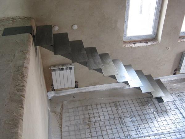 Annak érdekében, hogy a lépcső tartós és biztonságos legyen, csak kiváló minőségű anyagokat kell választani.