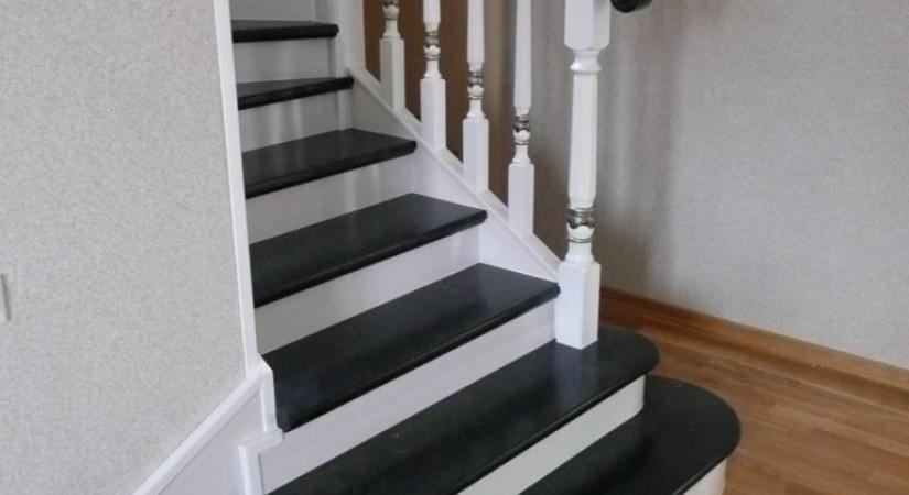 Černé kroky, bílé stoupačky