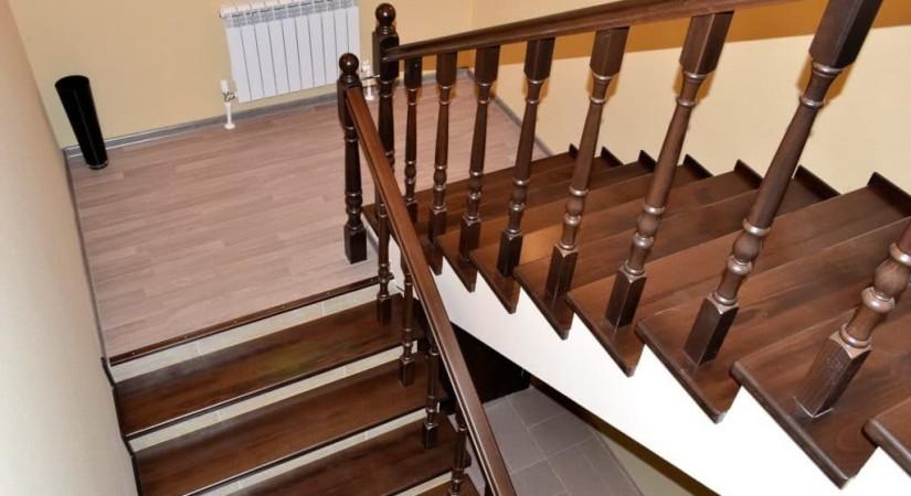 Tmavé schody a zábradlí