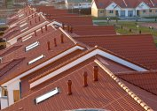 Puha tető és fém cserép tető alatti terének szellőztetése: hézagok, szellőzőnyílások, hálók