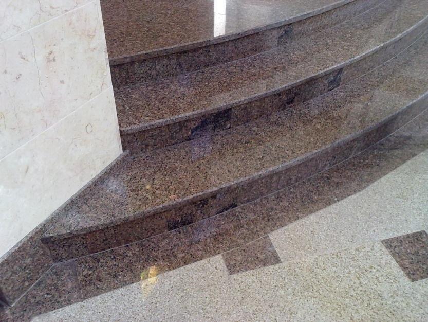 Lesklé žulové schody na verandě