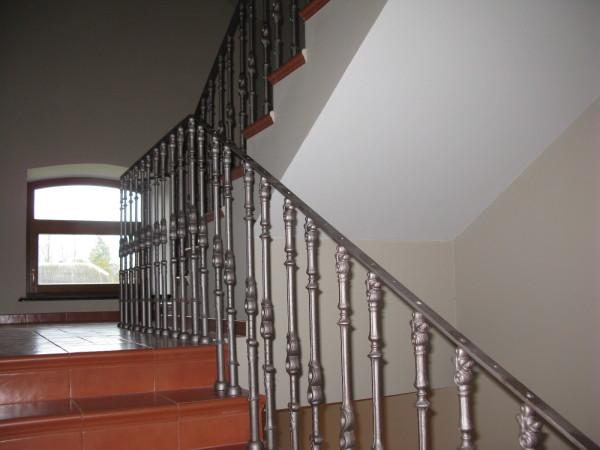 Kovové sloupky na schody