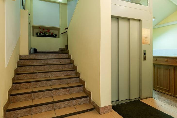 Normál lépcső a liftakna körül