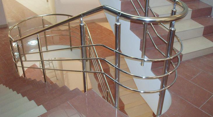 Gyönyörű lépcső kényelmes kapaszkodókkal