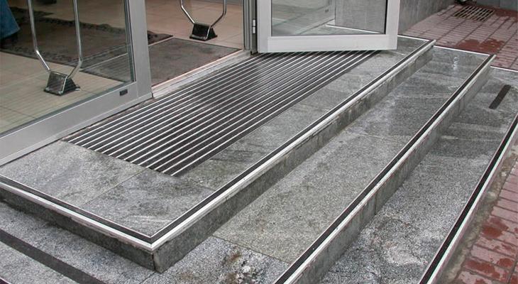 A lépcsők védőbevonata növeli a biztonságot