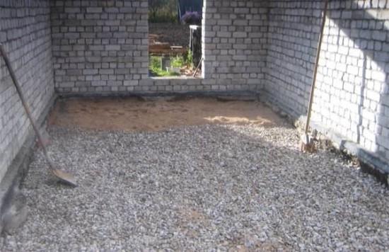 beton padló a földön egy magánházban