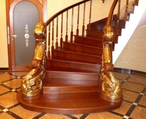 Lakované dřevěné schodiště