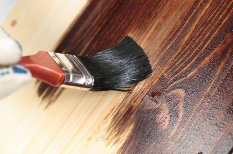 Barvení dřevěných schodů
