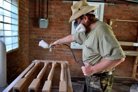Malování sloupků schodů stříkací pistolí
