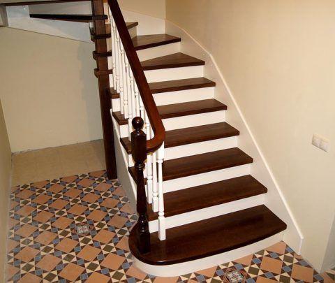 Malování dřevěného schodiště lakem