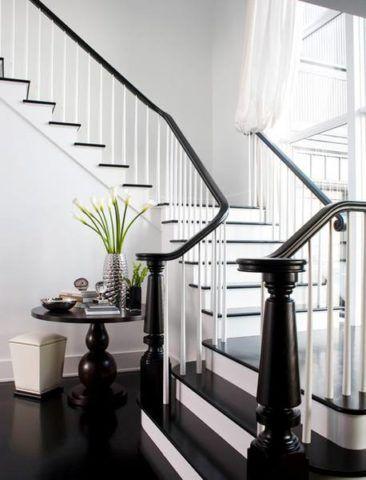 Fekete-fehér kialakítás a repülési lépcső forduló platformokkal