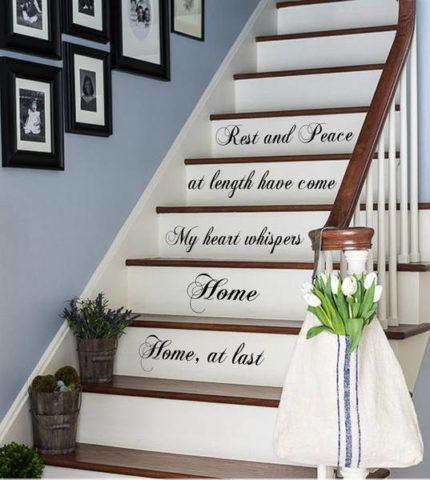 Dekoratív feliratok a lépcső felszállóin