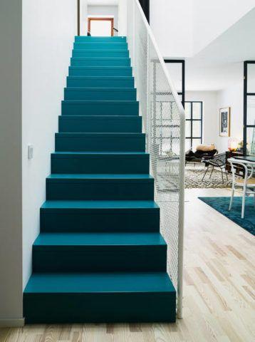 Dekoratív megjelenése egy repülés közepén, mély türkiz színnel festett lépcső