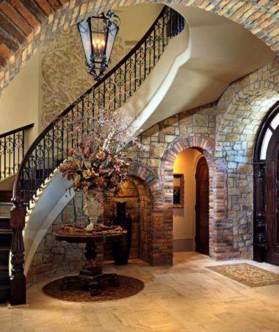 Lépcsőház egy vidéki ház tágas előcsarnokában