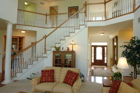 A nagy építési terület ellenére a lépcső könnyű és nem feltűnő a nappali belső térében