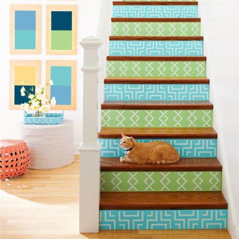 Lépcső dekoráció világos díszekkel