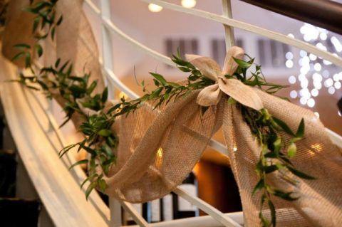 A lépcső természetes anyaggal történő dekorálása élő növényekkel kombinálva elegánsnak és harmonikusnak tűnik