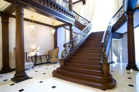 Tágas lépcső a nagy teremben
