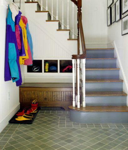 Racionális helykihasználás a lépcső alatt egy kis folyosón