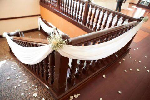 Lépcső dekoráció finom textíliákkal és virágokkal a romantikus hangulat megteremtése érdekében
