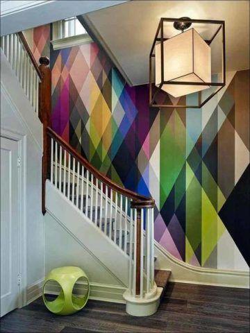 Kiemelheti a lépcsőket a belső térben egy szabad fal élénk színekkel történő díszítésével