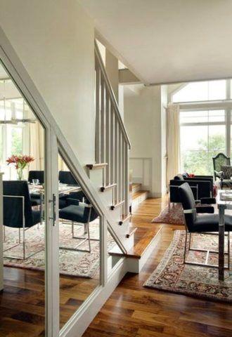 A lépcsőházba beépített ajtók tükrözött felületei vizuálisan megnövelik a környező teret