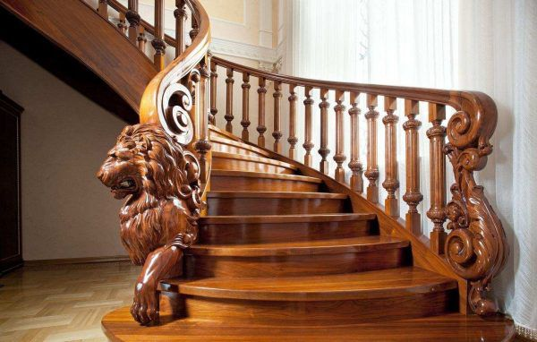 """Na rozdíl od všeobecného přesvědčení, že kovaná schodiště harmonicky zapadají pouze do klasických interiérů, stejně jako do interiérů ve """"gotickém"""" a barokním stylu, budou přínosem pro další stylová řešení."""