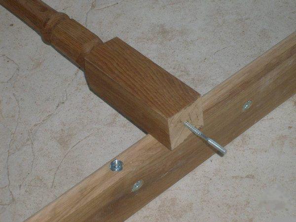Dřevěné sloupky lze upevnit pomocí cvočků