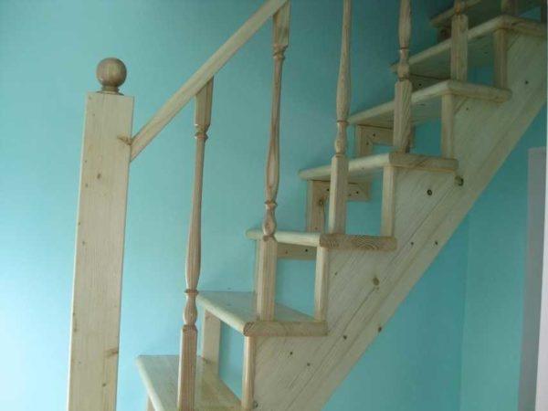 Upevnění zábradlí schodiště na podpěrné sloupky nebo sloupky lze provést několika způsoby