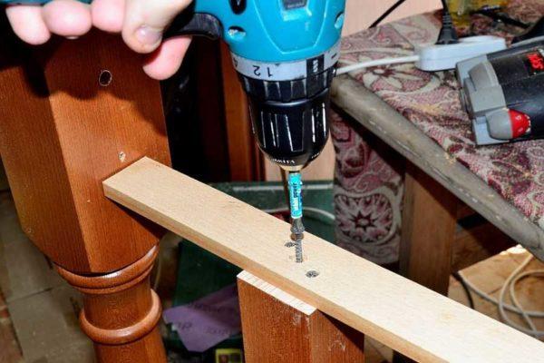 Upevňujeme sloupky k pomocné tyči skrz naskrz