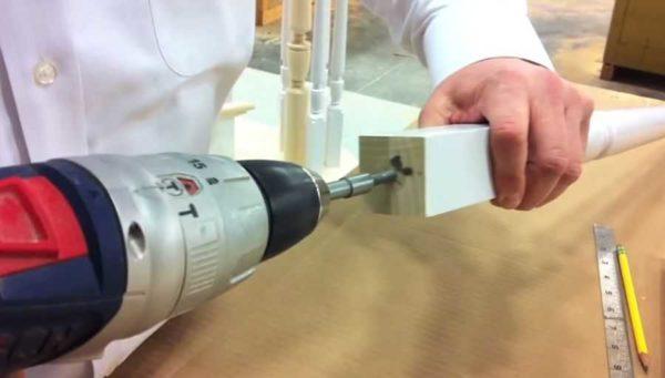 Pro instalaci hmoždinek a závitových tyčí jsou vytvořeny otvory o 1-2 mm menší v průměru
