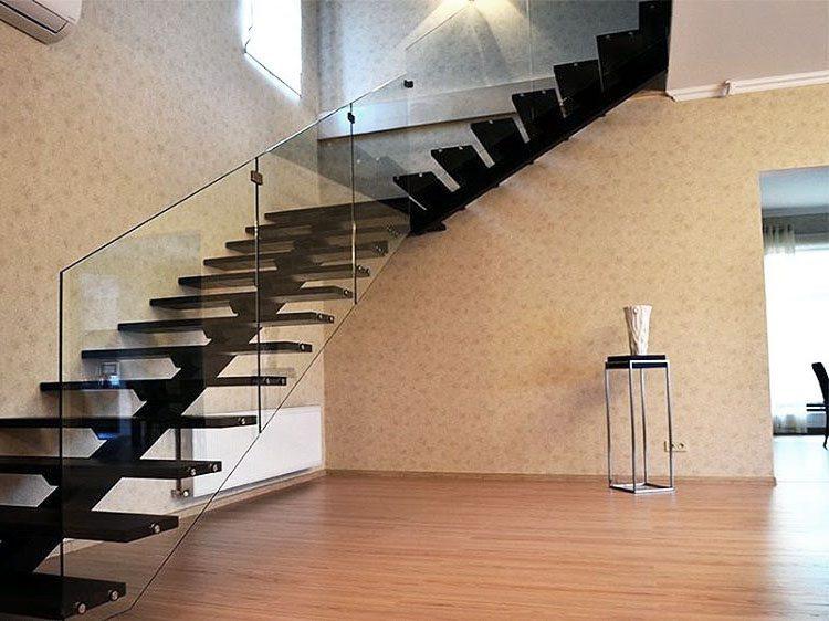 schodiště se skleněným zábradlím