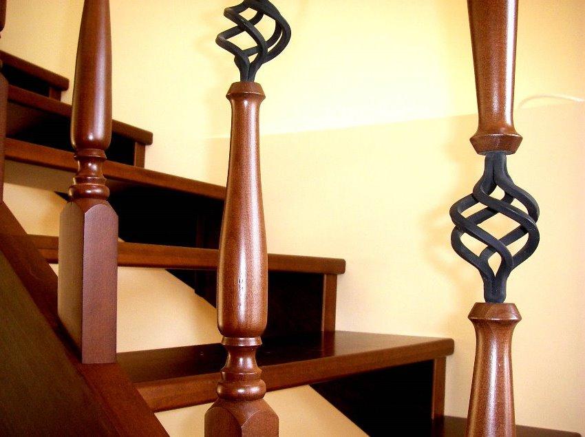 Kombinace dřevěných a kovových prvků vytváří zajímavý dekorativní efekt
