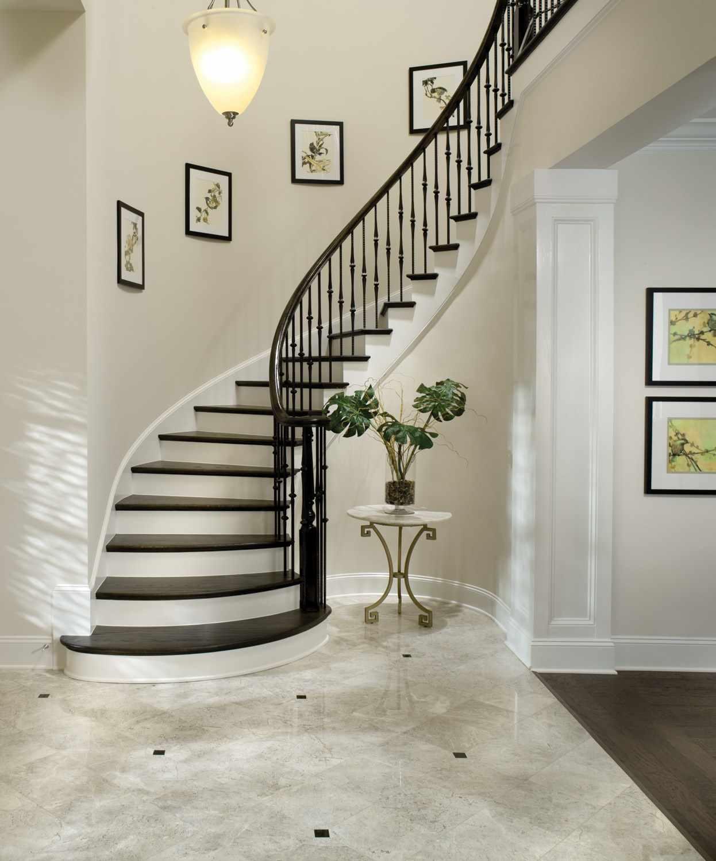 egy könnyű stílusú lépcsőház egy becsületes házban