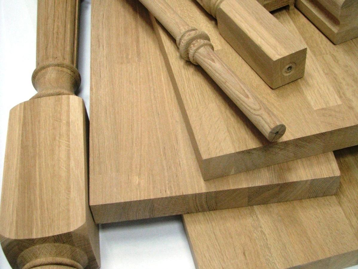 A fa szerkezeti elemeket a beépítés előtt simára csiszolják