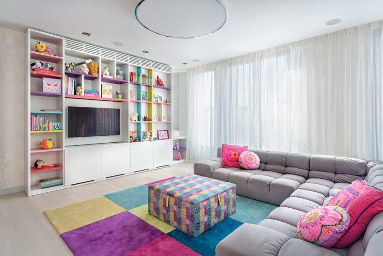 Оформление зоны для отдыха в просторной детской комнате