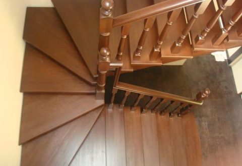 Dřevěné schodiště: místo nástupiště je zatáčka realizována zaběhovými schůdky