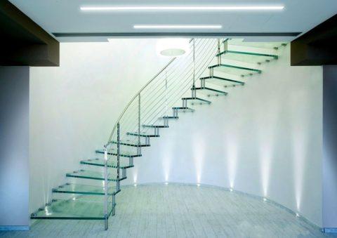 Někdy najdete zajímavá řešení pro skleněné schody