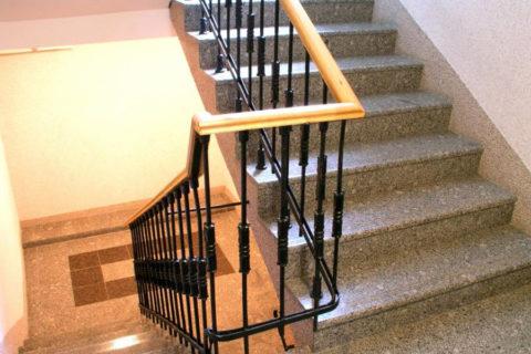 Standardní schody u vchodu typické výškové budovy