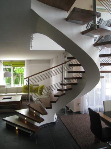 Monolitické točité schodiště s dřevěnými schody