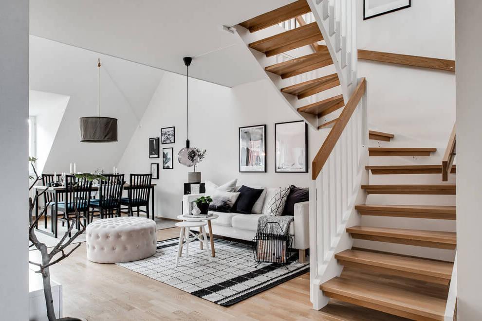 Nappali skandináv stílusú lépcsővel