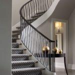Lépcsőház szőnyeggel