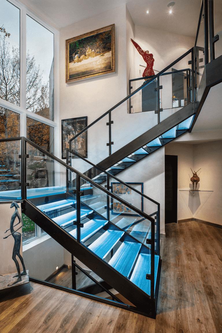 A lépcsőház világításának mérsékelt fényerővel kell rendelkeznie