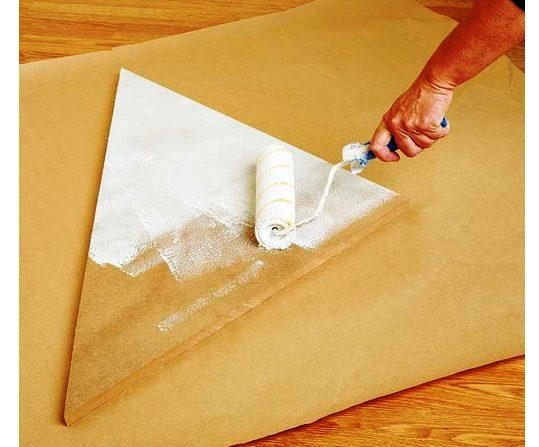 Покраску лучше производить валиком – он не оставляет разводов, обеспечивает равномерное окрашивание