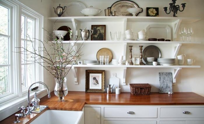 Декор открытых кухонных полочек.