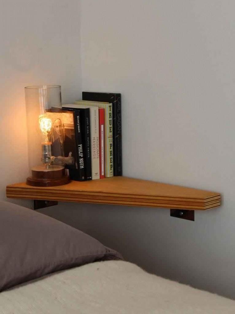 Угловая полочка из фанеры на стене спальни