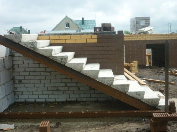 Beton lépcsőház fém húrokon