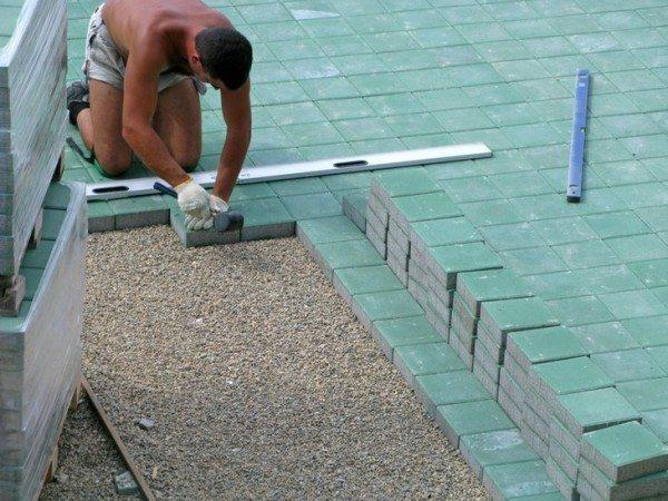 K této práci budete potřebovat nejen gumové kladivo, ale také vodováhu